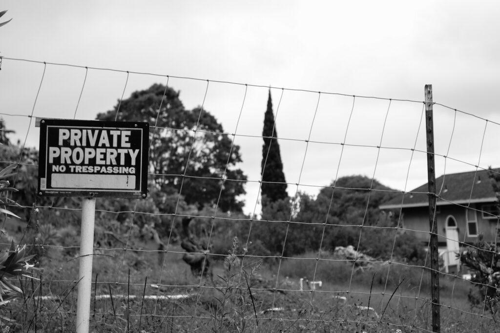 L'avv. Chiocchetti ha esperienza nell'ambito delle procedure di usucapione, con speciale riferimento a quella speciale per la piccola proprietà rurale, che consiste in una particolare procedura di usucapione che si può porre in essere dopo 15 anni di possesso del bene immobile. Si occupa altresì di diritti reali e servitù.